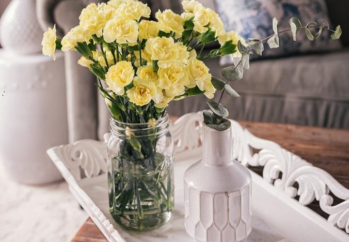 flores-amarillas-en-el-salon
