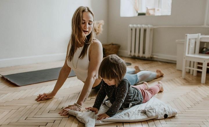 madre-e-hija-hacen-yoga