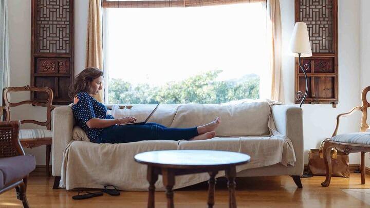 mujer-en-el-sofa