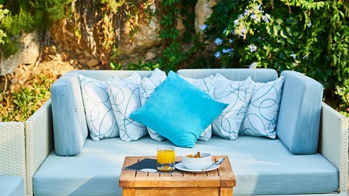sofa-azul-en-la-terraza