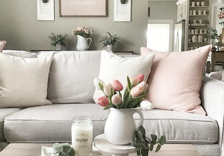 sofa-con-cojines-y-mesa-con-flores