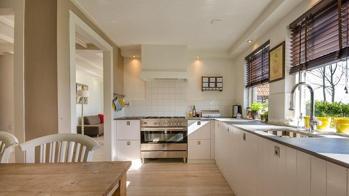 cocina-grande-con-suelo-de-madera