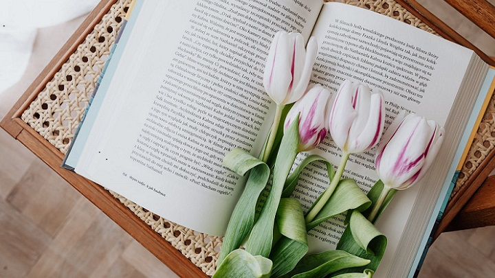 flores-sobre-el-libro