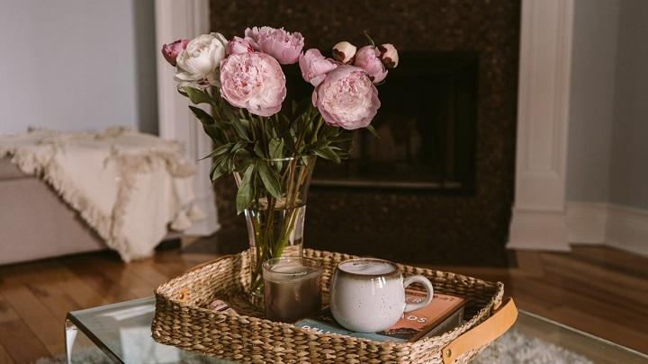 jarron-con-flores-junto-a-la-chimenea
