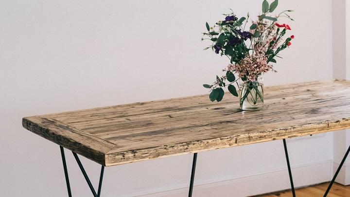 arreglo-floral-en-la-mesa