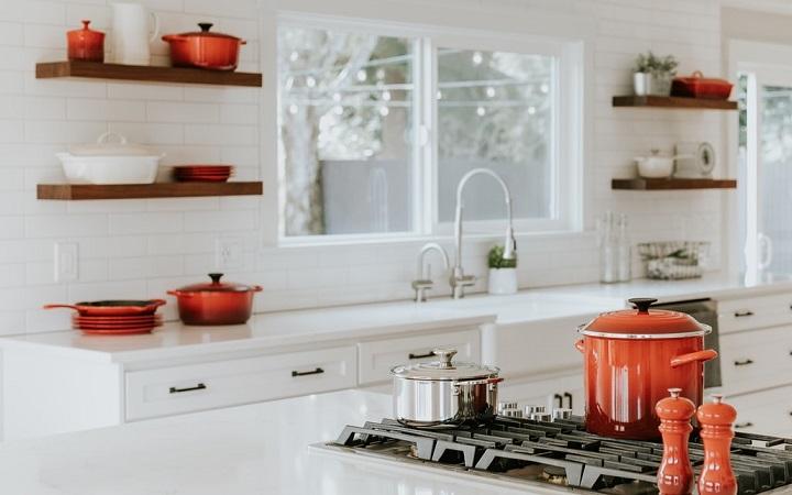 cocina-blanca-con-estanterias
