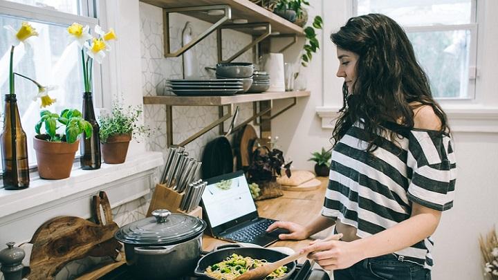 cocina-con-estanterias-y-plantas