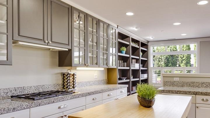 cocina-con-muebles-abiertos-y-cerrados