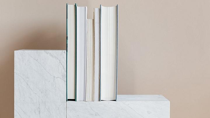 estanteria-con-varios-libros