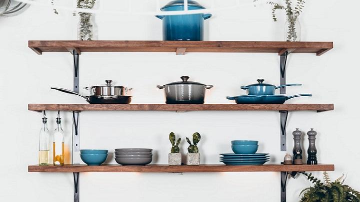 estanterias-con-utensilios-en-la-cocina