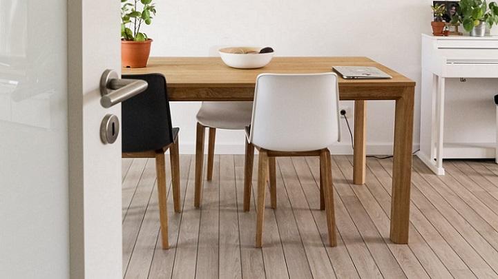 mesa-de-madera-y-sillas
