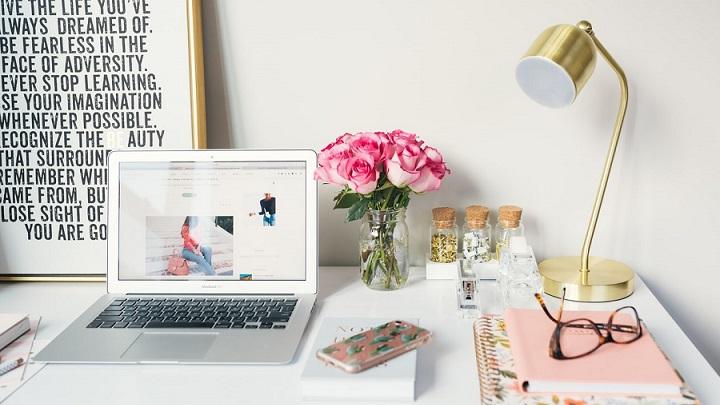 ramo-de-rosas-en-escritorio