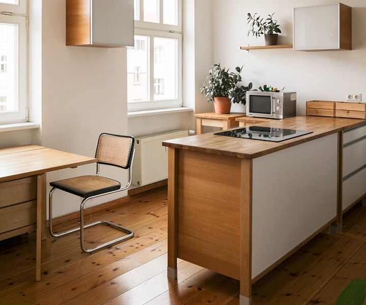cocina-acogedora-con-suelo-de-madera
