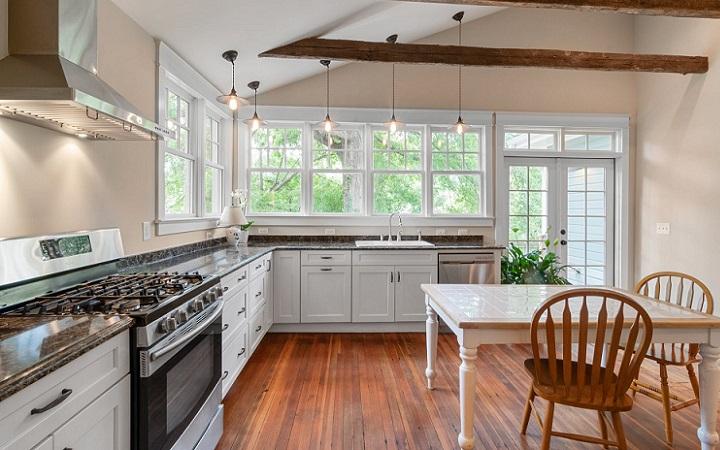 cocina-blanca-y-suelo-de-madera