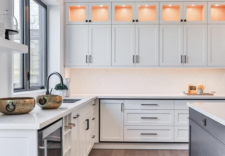 cocina-con-armarios-blancos-y-suelo-de-madera