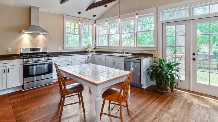 cocina-con-gran-mesa-en-el-centro