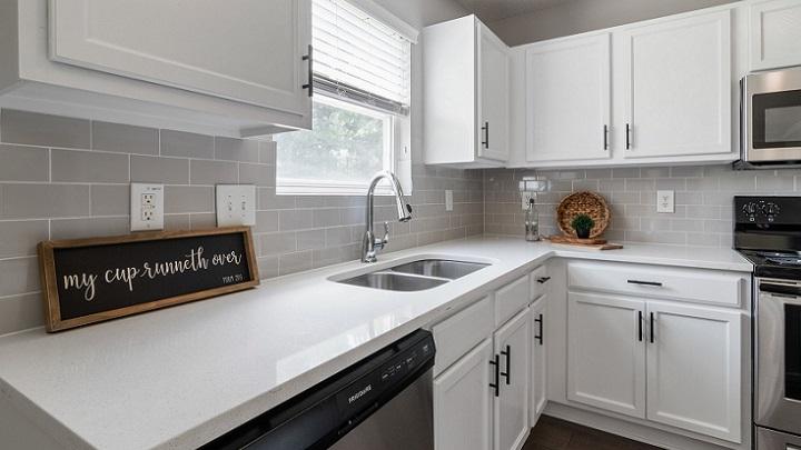 cocina-con-muebles-blancos-y-suelo-de-madera
