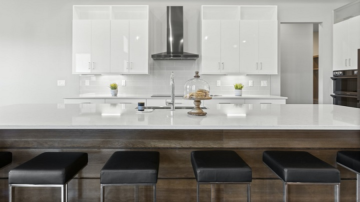 cocina-de-color-blanco-con-isla-de-madera