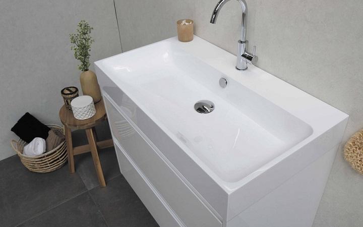 white-furniture-in-the-bathroom
