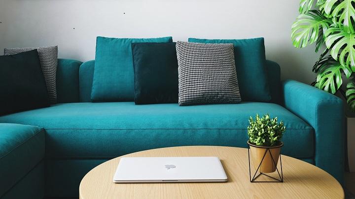 sofa-junto-a-la-mesa