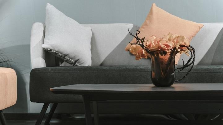 sofa-y-mesa-con-flores