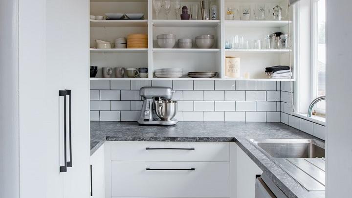cocina-blanca-con-estantes