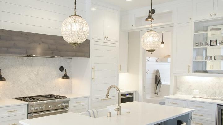 cocina-blanca-con-isla-y-lamparas-simetricas