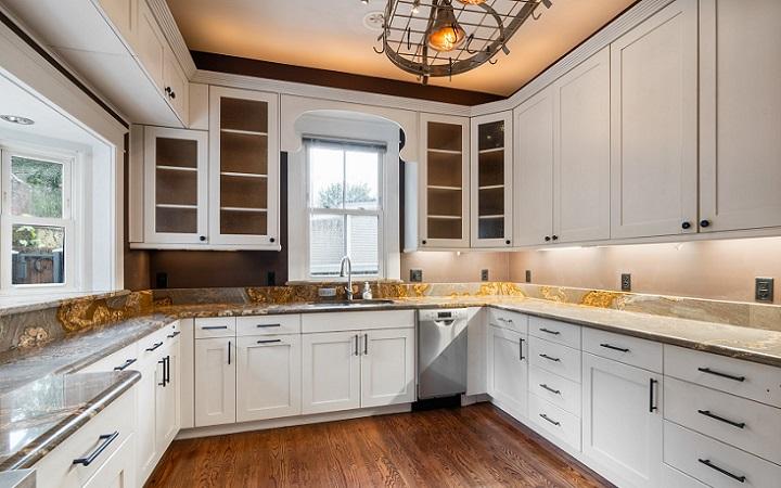 cocina-con-armarios-de-color-blanco-y-suelo-de-madera