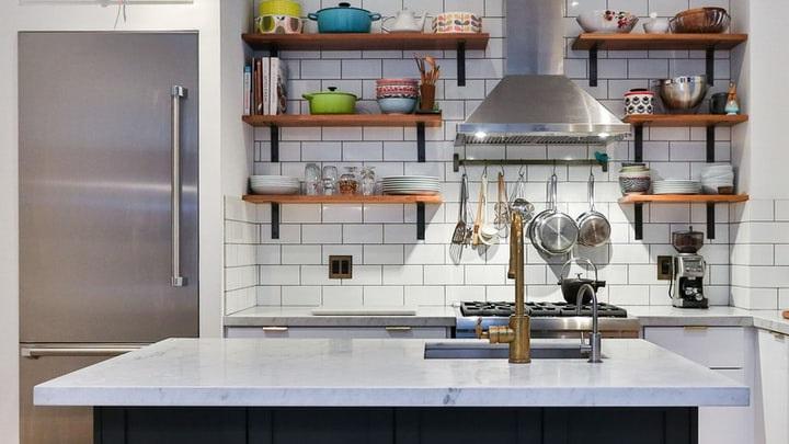 cocina-con-isla-y-utensilios-a-la-vista