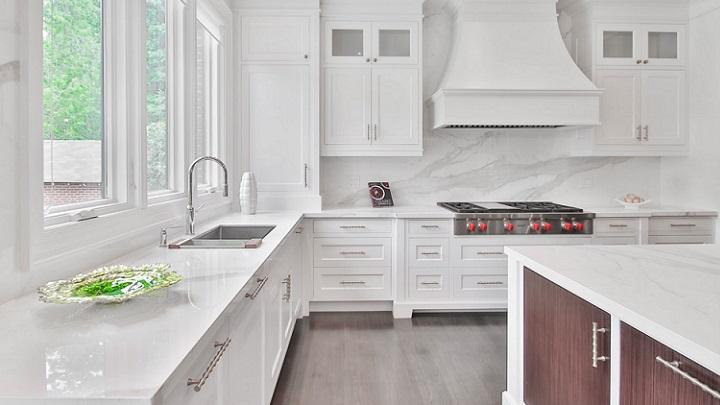 cocina-nueva-con-muebles-blancos