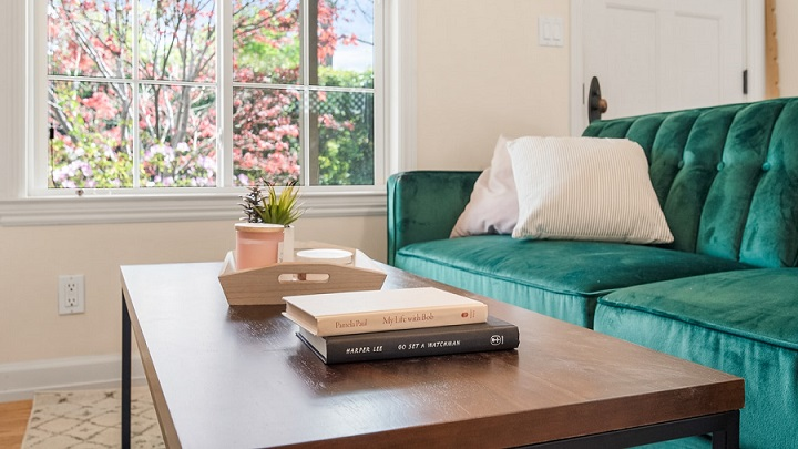 decoracion-de-salon-con-sofa-verde