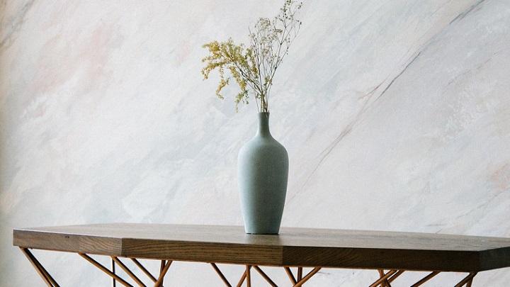 flores-silvestres-sobre-la-mesa