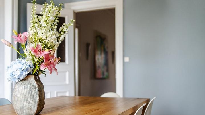 flores-sobre-mesa-de-madera