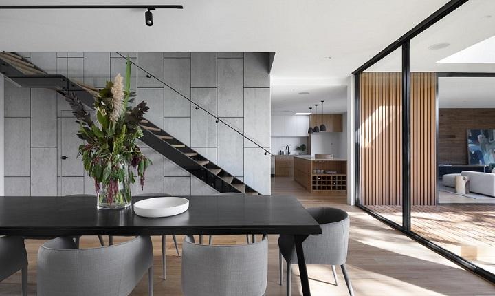 foco-de-luz-sobre-mesa-de-color-negro