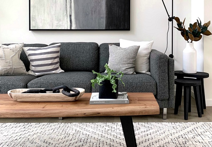 sofa-de-color-gris-con-cojines