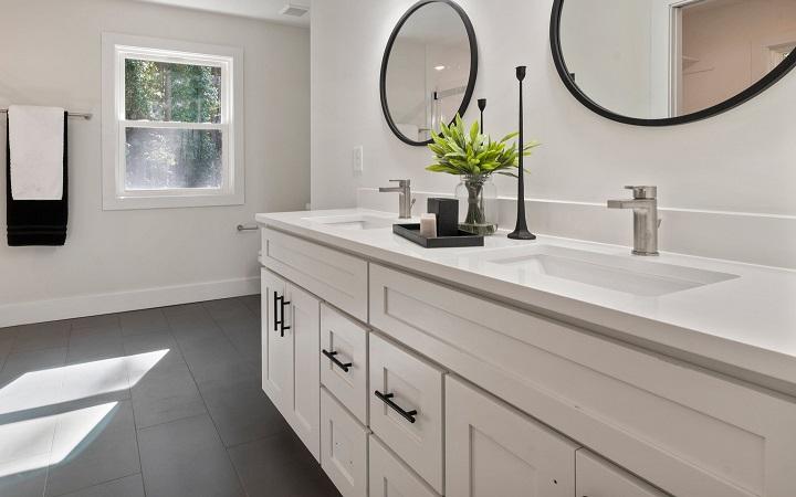 bano-con-ventana-decorado-en-blanco-y-negro
