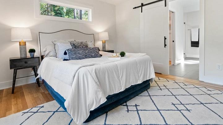 cama-y-alfombra-en-el-dormitorio