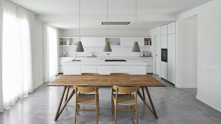 cocina-blanca-con-mesa-de-madera