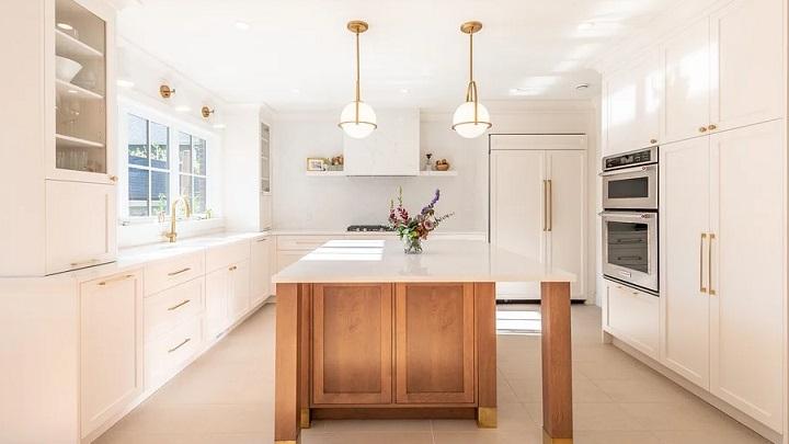 cocina-decorada-en-blanco-y-dorado