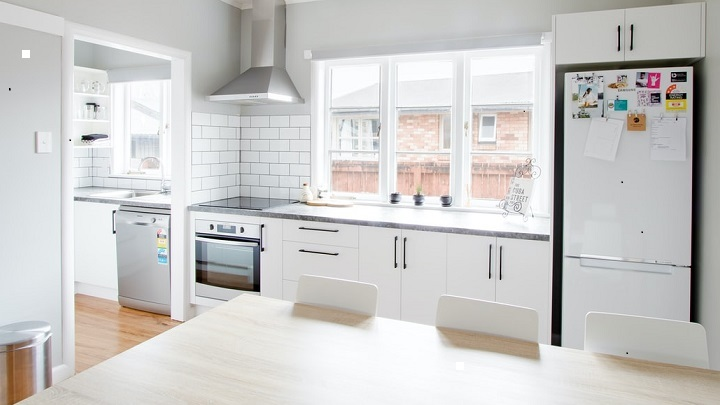 cocina-grande-de-color-blanco