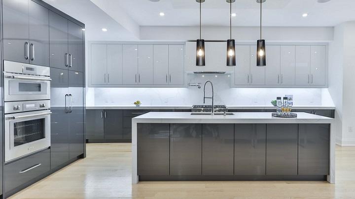 cocina-gris-con-gran-capacidad-de-almacenaje