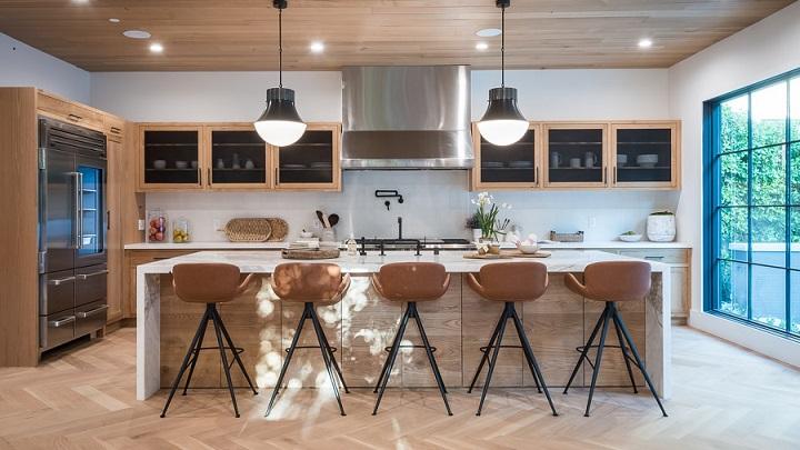 decoracion-de-cocina-grande-con-techo-de-madera