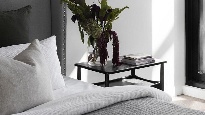 dormitorio-decorado-en-los-colores-blanco-y-gris
