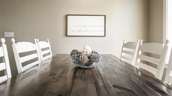 mesa-con-sillas-de-madera