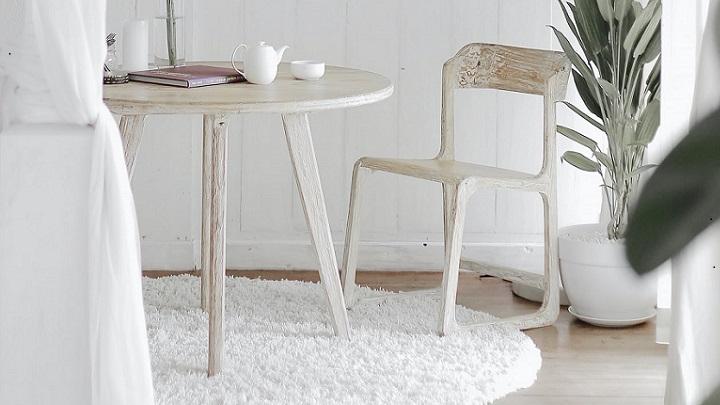 mesa-junto-a-silla-de-madera