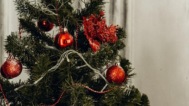 arbol-de-navidad-decorado-en-color-rojo