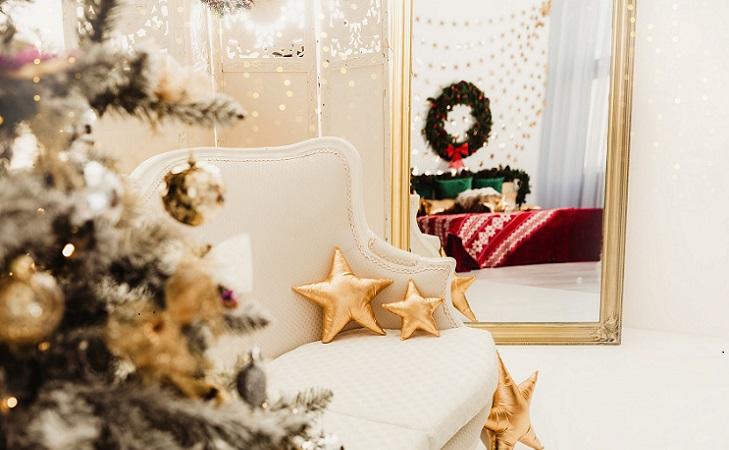 arbol-de-navidad-en-salon-con-espejo