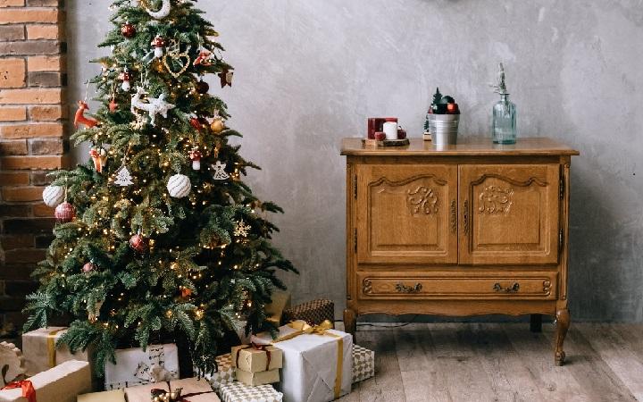 arbol-de-navidad-junto-a-mueble-antiguo
