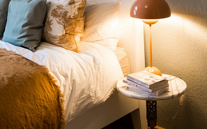 cama-junto-a-mesita-auxiliar-de-noche
