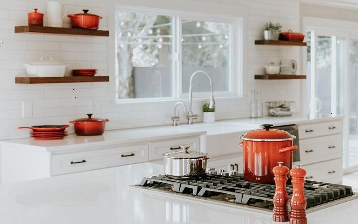 cocina-blanca-con-estanterias-de-madera